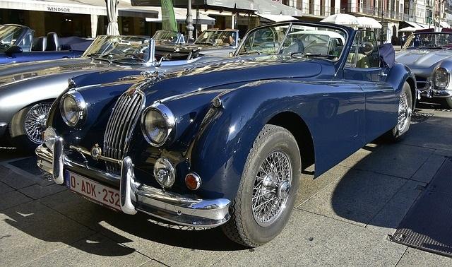 青のクラシックカー