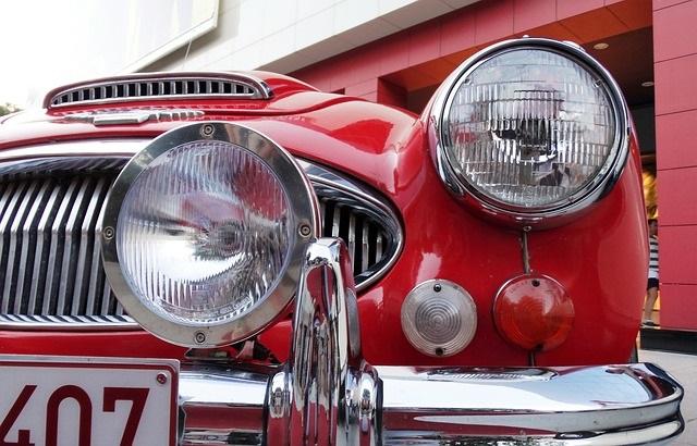 赤いクラッシックカー